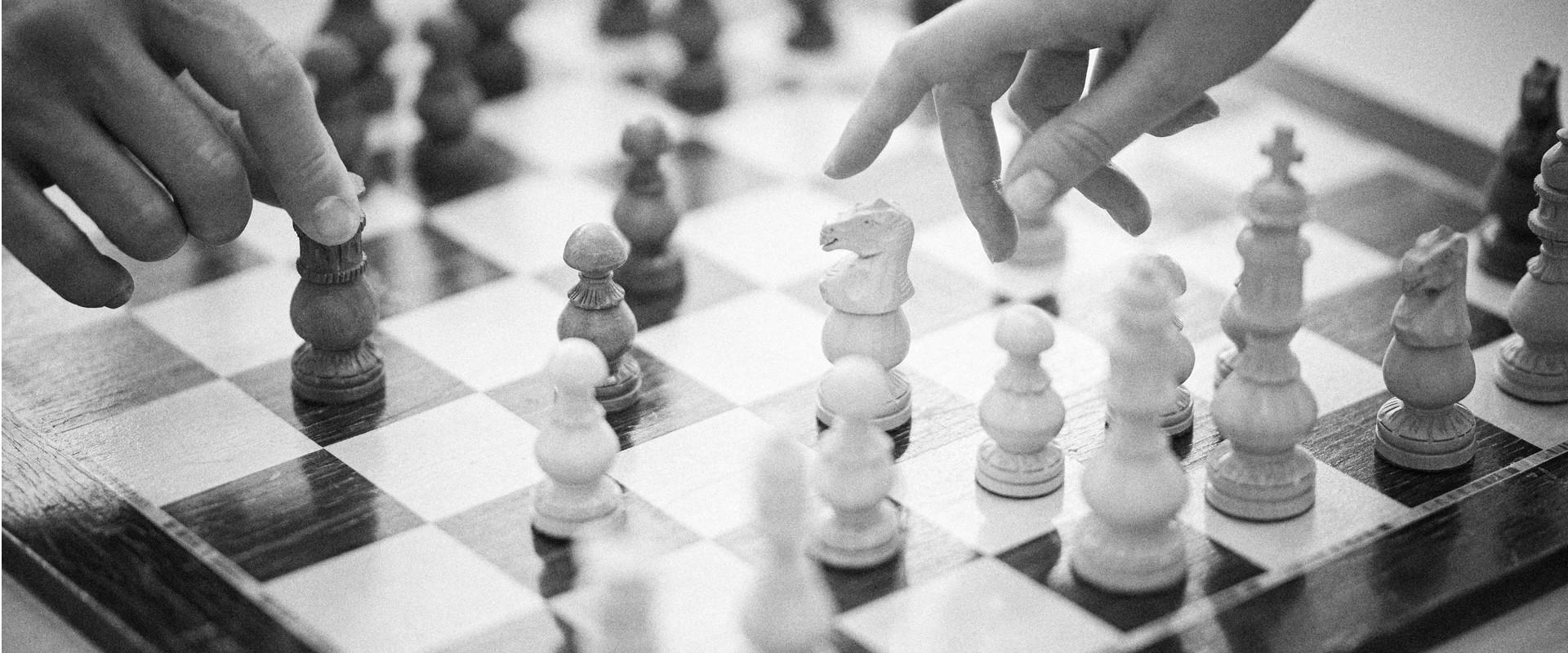 Bild zu den Leistungen Familienrecht, Hände beim Schachspiel